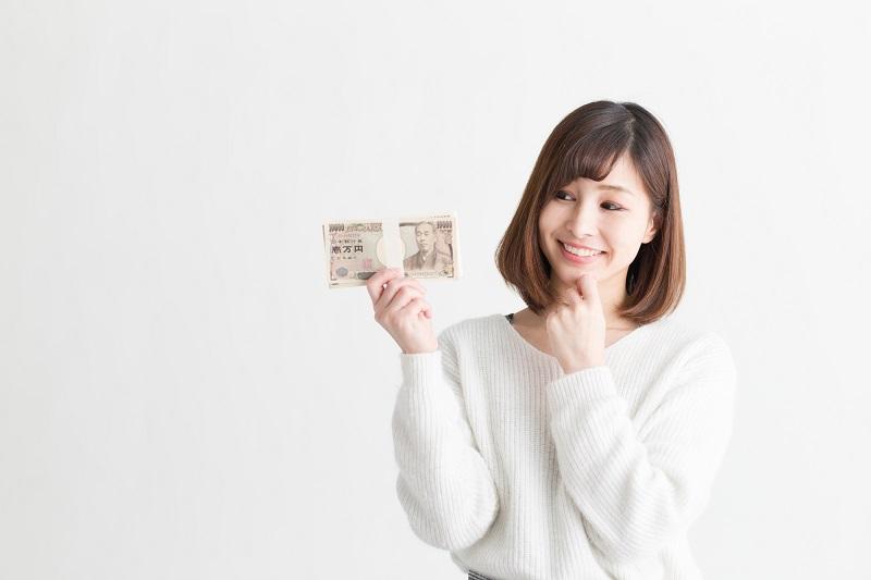 キャッシングのフタバ審査-お金を持つ女性