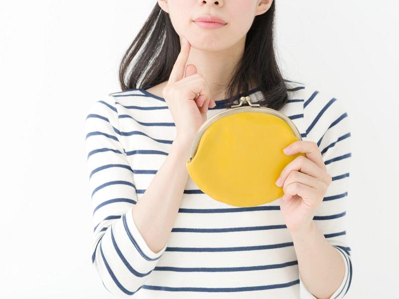キャッシングのフタバ審査-財布をもつ女性