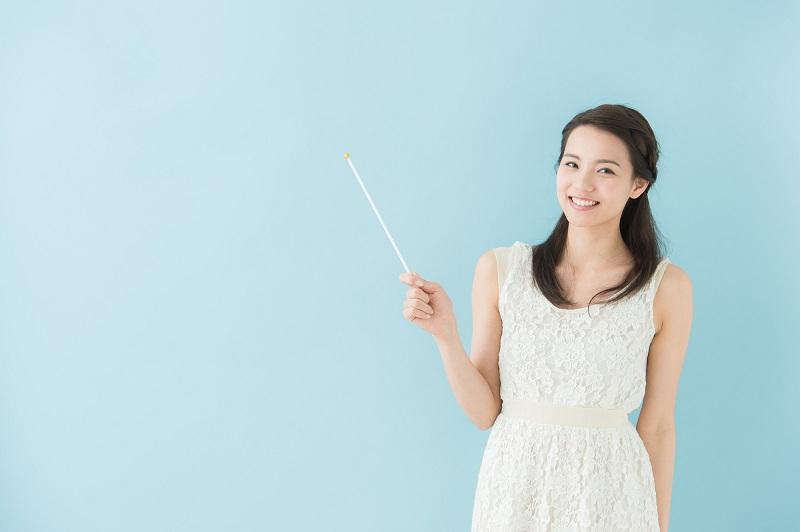 ジャパンネット銀行ネットキャッシング審査-棒をもって説明する女性