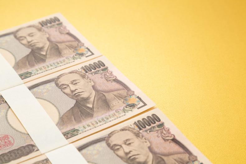 並ぶ3枚の1万円札