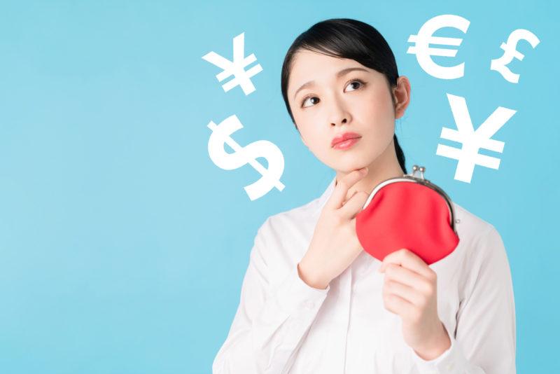 年利とは-がま口を持ってお金のことを考える女性