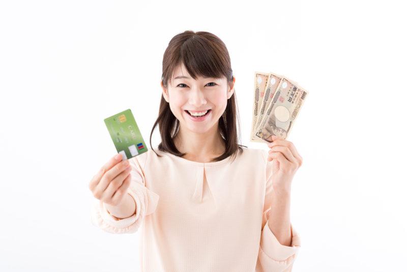 エイワ金融-キャッシング-カードとお札を持つ若い女性