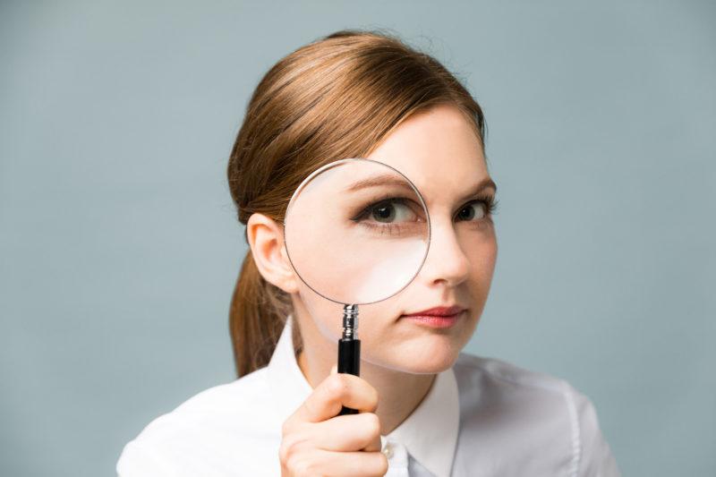 ソフト闇金-虫眼鏡を覗く外国人女性