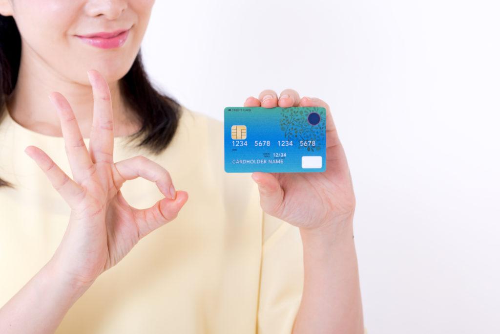カードを持ってOKサインしている女性