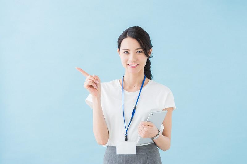 スルガ銀行カードローン解約-ポイントを指す女性