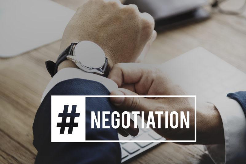 カードローン金利下げる-腕時計と交渉を表す英単語