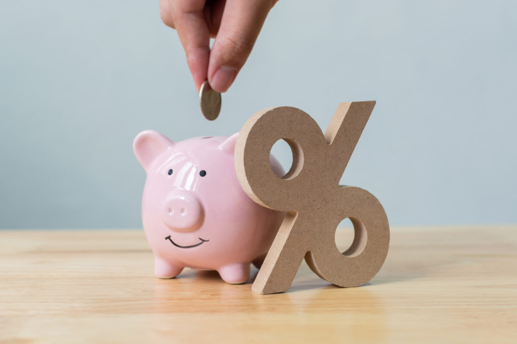 カードローン金利下げる-ブタの貯金箱と%