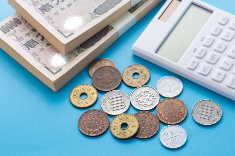 カードローン 返済 端数-札束と小銭と電卓