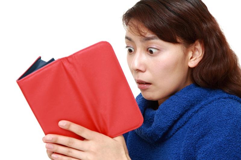 財布に金がなさすぎてビックリする女性
