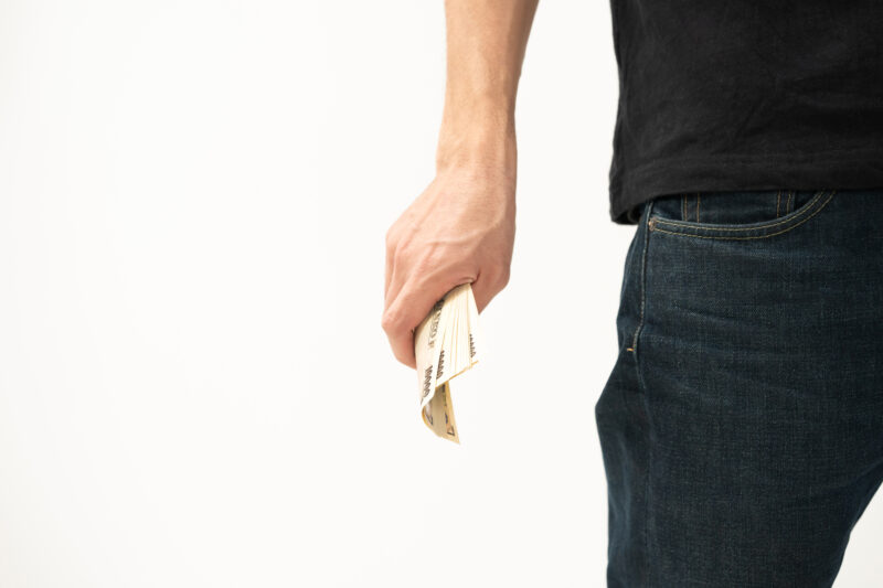 トイチ金融,握りしめる
